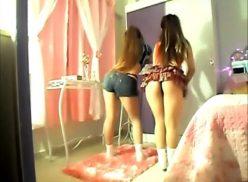 Gêmeas Luany e Amanda Balançando a Bunda no Mural do Prazer
