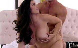 Mulheres dando a buceta e gemendo durante a penetração