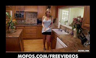 Uma puta nua fode soca frutas na xota no sexo online gratis