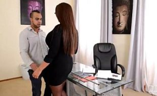 Mulher bem peituda esta no sexooral com colega de trabalho