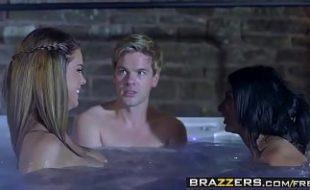 Macho comendo duas peitudas no videos de sexo gratis